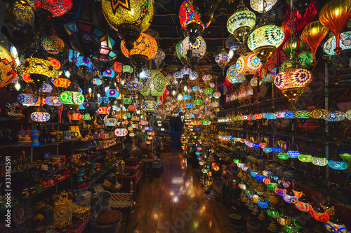 Photo Colorful glass lanterns glowing at the arabic market