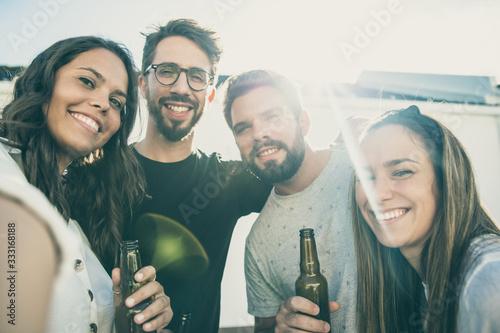 Foto Selfie of happy friends enjoying party on outdoor terrace