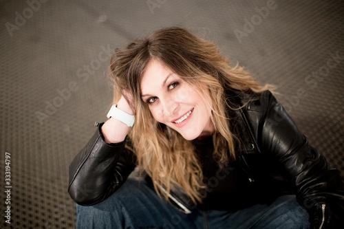 Photo Mujer, manos cruzadas, de pie, retrato, moderna, emprendedora, independiente