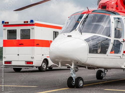 Photo Rettungswagen mit Rettungshelikopter auf dem Flugfeld