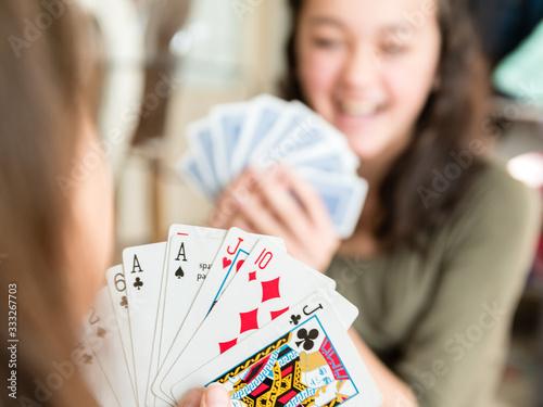 Joueuses de cartes souriantes durant un jeu Canvas Print