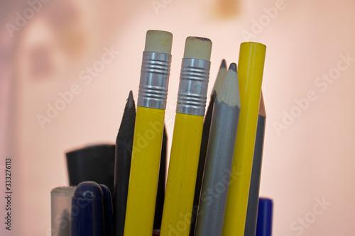 Varios lápices de colores dentro de un portalápices Wallpaper Mural