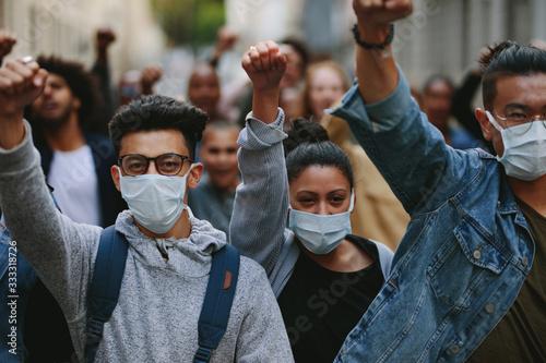 Group of demonstrators protesting in the city Fototapet