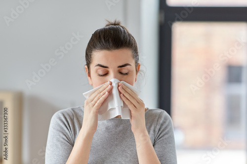 Photo healthcare, cold, allergy and people concept - sick woman blowing her runny nose
