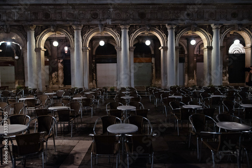Платно Facade of a large street cafe at night on St Mark's Square in Venice, Italy