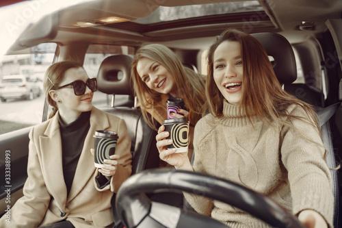 Girls inside the car Tablou Canvas