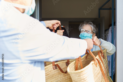 Foto Delivering food for quarantined seniors