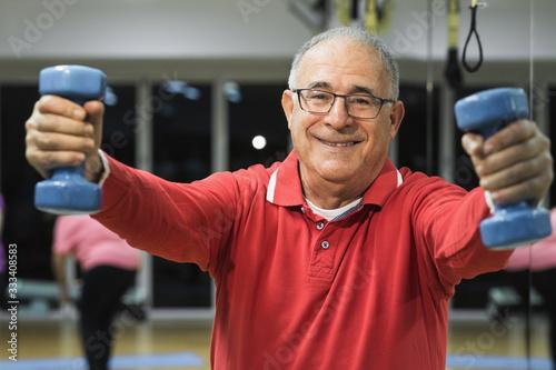 Valokuvatapetti Anziano fa esercizio in palestra con i pesi