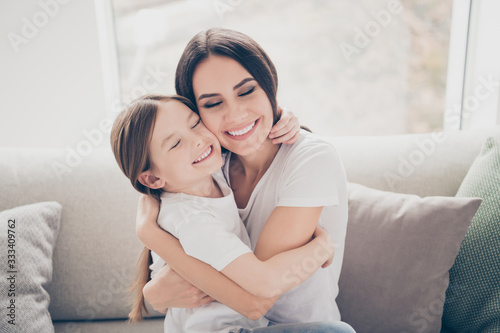 Fotografía Portrait of candid cute sweet two people lovely mom and her kid girl hug mother
