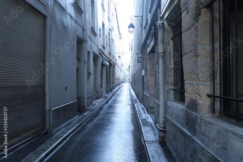 Obraz na plátně Petite rue parisienne sous la pluie.