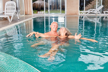 Senior Hilft Frau Beim Schwimm...