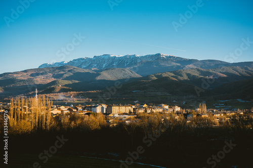 Photo Andorran village with the Pyrenees mountains in the background landscape