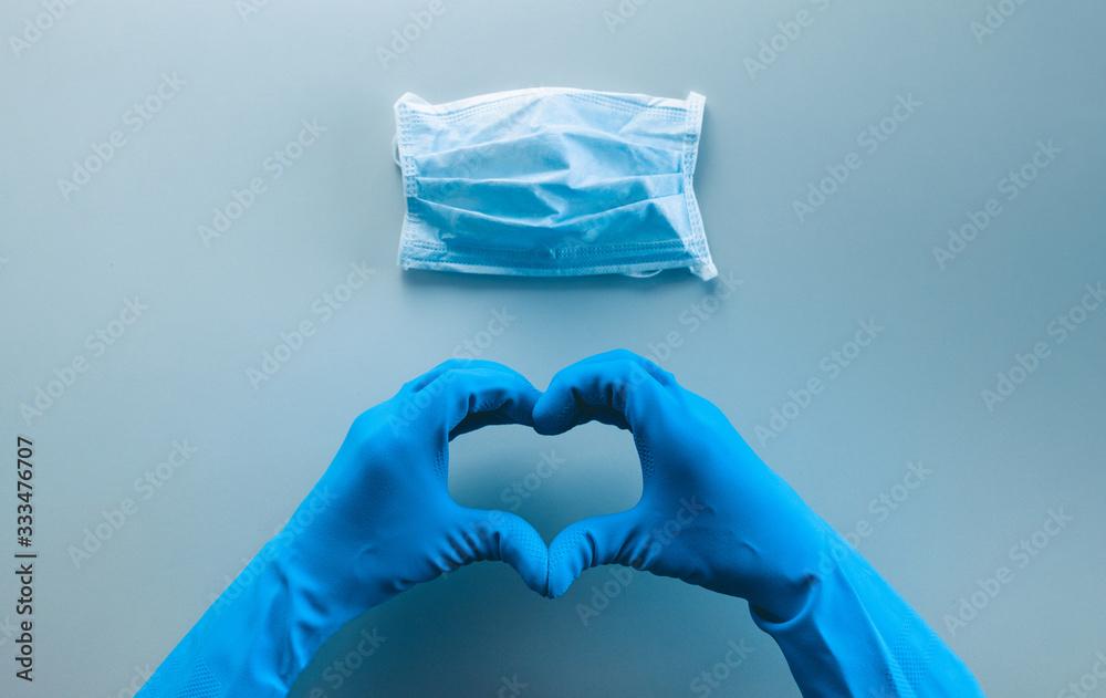Fototapeta Coronavirus in Italia fine della pandemia, successo con simbolo del cuore fatto dalle mani di un medico. Virus definitivamente debellato. Vista alto.
