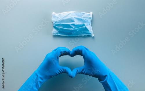Fotografía Coronavirus in Italia fine della pandemia, successo con simbolo del cuore fatto dalle mani di un medico