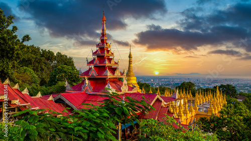 Photo Mandalay Hill major pilgrimage site ancient  building landmark old architecture in Southeast Asian Myanmar, Mandalay, Asia