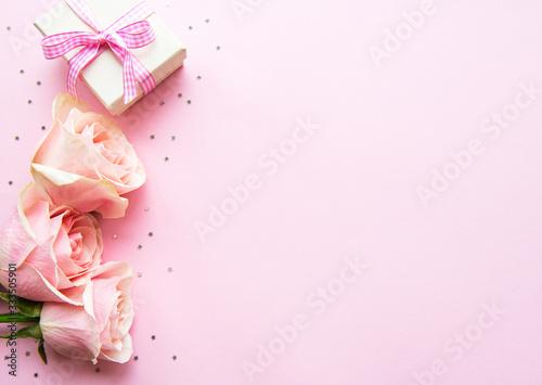Fototapeta Gift box and pink roses obraz