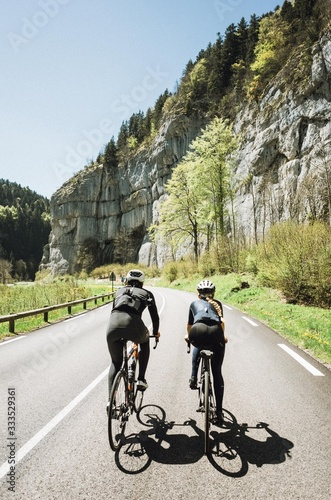 Photo cyclists riding in the french alps two abreast