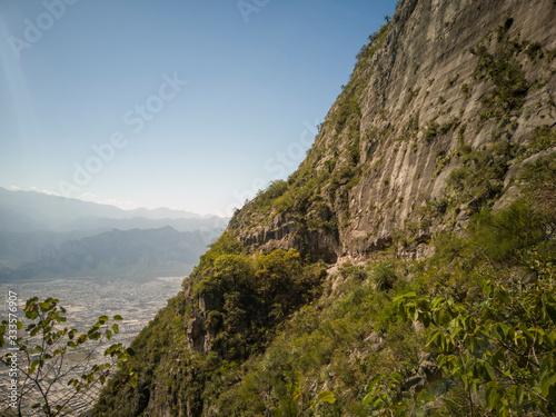 Fotomural montaña inclinada mitad cielo mitad montaña