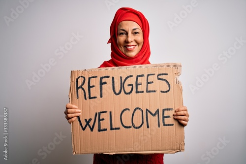 Obraz na płótnie Woman wearing muslim hijab asking for immigration holding welcome refugees messa
