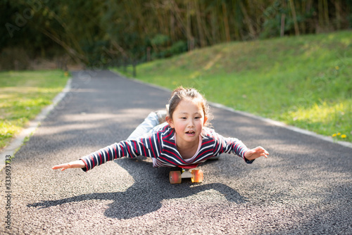 スケートボードで遊ぶ女の子 Tapéta, Fotótapéta