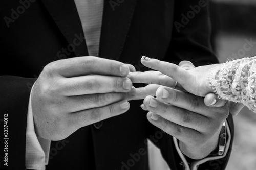 Photo Fotografía mostrando las manos de los novios, cuando el novio coloca el anillo d