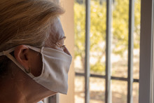 Mujer Encerrada En Su Casa Mirando Por La Ventana Mientras Pasa La Cuarentena