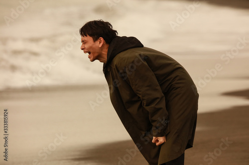 Fotografie, Obraz 海に向かって叫ぶ男性