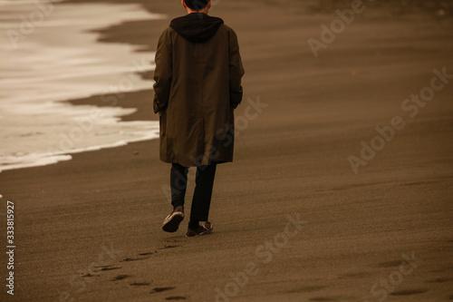 Fotografía 海岸を一人で歩く男性