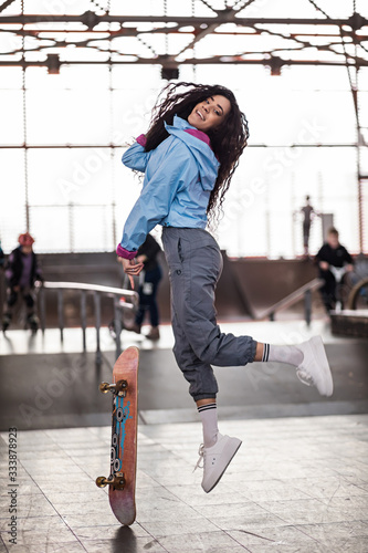 Fototapety, obrazy: beautiful curly black girl with a skateboard