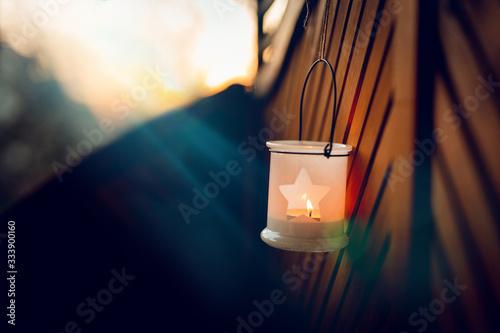 Romantik, Hoffnung, Sehnsucht - Kleine Laterne an Holzwand hängend Fototapet