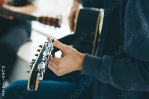 Fényképezés Learning to play the guitar