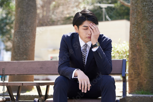 Tablou Canvas 心配事で悩む日本人男性ビジネスマン