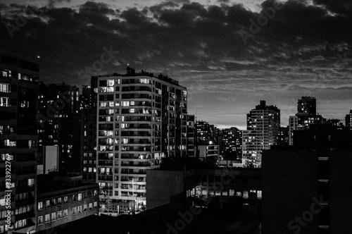 Ciudad de noche en blanco y negro, atardecer con nubes Canvas Print