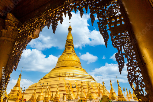 Photo Shwedagon Pagoda attraction in Yagon City with blue sky background, Shwedagon Pagoda ancient architecture is beautiful pagoda in Southeast Asia, Yangon, Myanmar, Asian, Asia