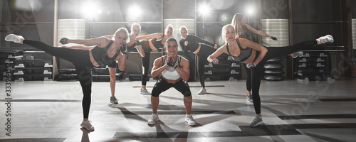 Fotografía Women in black and white sportswear on a real group body Combat workout in the g