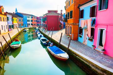 Šarene kuće na kanalu na otoku Burano, Venecija, Italija. Poznato turističko odredište