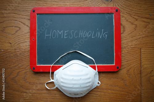 Valokuva FFP2 face mask on chalkboard with homeschooling lettering