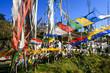 Gebetsfahnen im Königreich Bhutan, Himalaya Asien, an einem steilen Gebirgspass wehen die Gebete traditionell im Wind, Himmel blau, bunt leuchtend