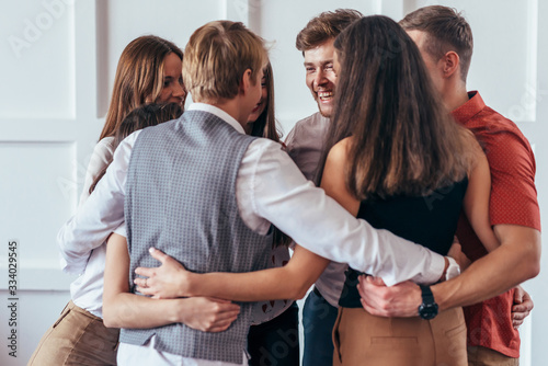 Fotografía Circle of young people hugging each other.