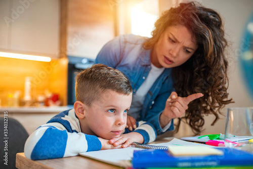 Foto Mother Becoming Frustrated With Son Whilst Doing Homework