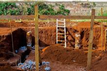 Escavação Em Local De Construção, Terra Laranja E Escadas.