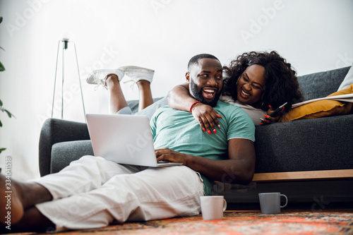 Photo Handsome man laughing with his beloved woman stock photo