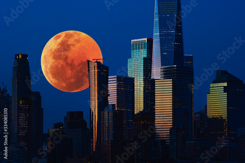 Fototapeta miasto   big-red-full-moon-over-the-city