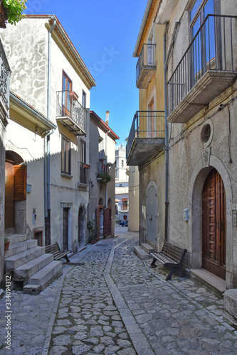 Photo A narrow street between the old houses of Castelvetere sul Calore, village in th