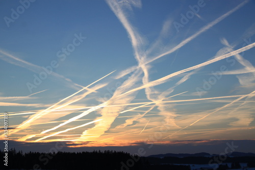 Photo chemtrails over the blue sky