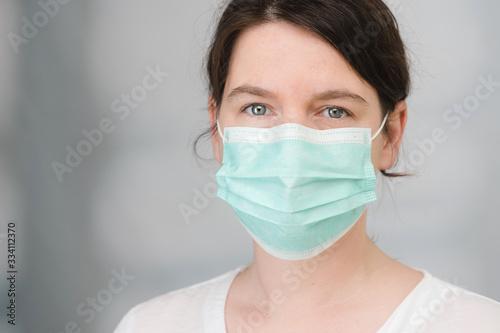 Photo Frau mit medizinischem Mundschutz als Schutz vor Viren und Bakterien Covid-19 Co