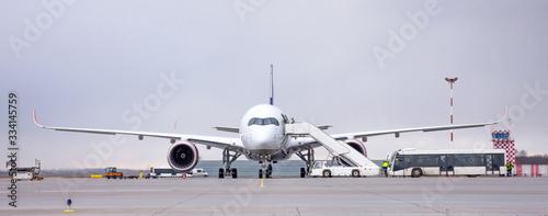 Plakaty samoloty   zaloga-ladowa-lotniska-wykonujaca-obsluge-lotnicza-samolotu-pasazerskiego-przed-odlotem