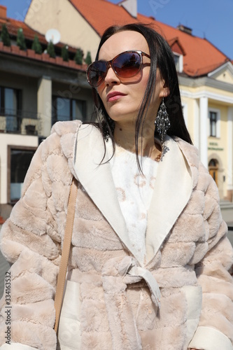 Obraz Piękna brunetka w okularach na spacerze. - fototapety do salonu