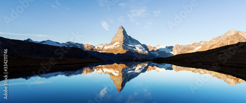 Photo Picturesque landscape with colorful sunrise on Stellisee lake