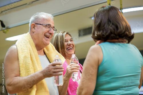 Valokuvatapetti Gruppo di anziani chiacchierano e si divertono dopo l'allenamento in palestra